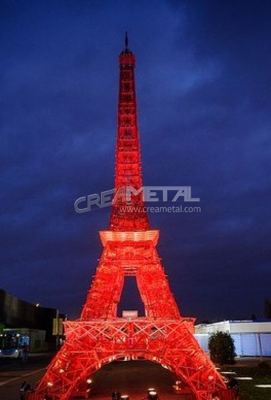 Tour eiffel en chaises rouge à la COP 21 PARIS