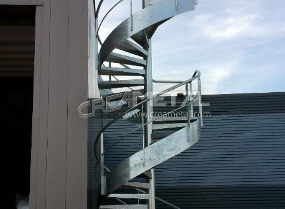 Escalier extérieur en acier galvanisé hauteur 7 mètres installé dans lain