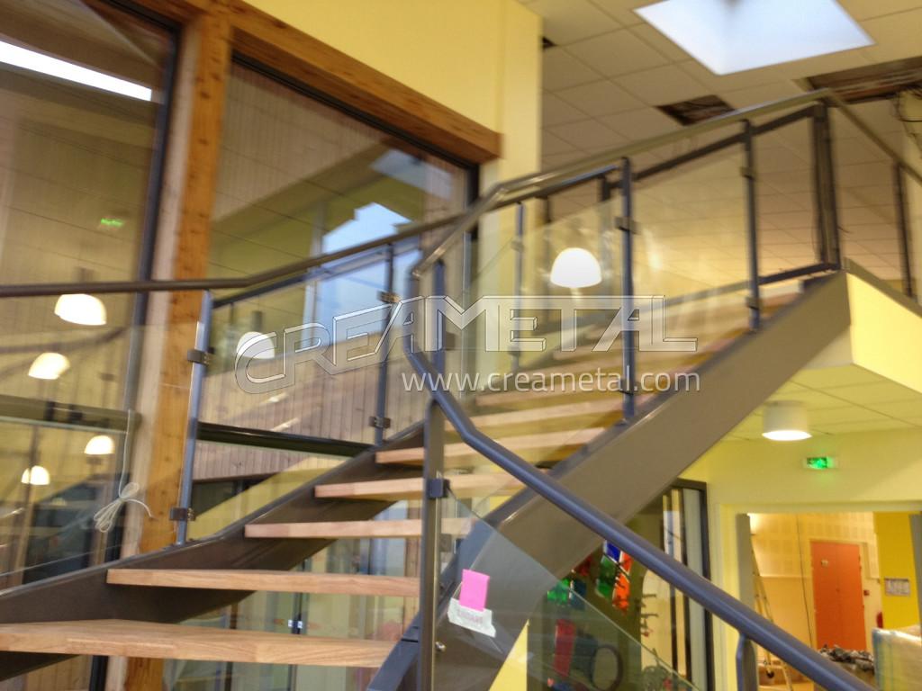 fabricant escalier avec limon en acier laqu marche en bois garde corps vitr install dans l. Black Bedroom Furniture Sets. Home Design Ideas