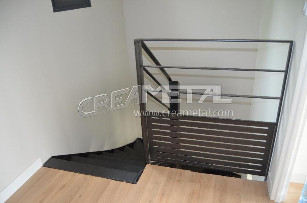 Etude et fabrication escalier 2 4 tournant vernis incolore - Garde meuble villefranche sur saone ...