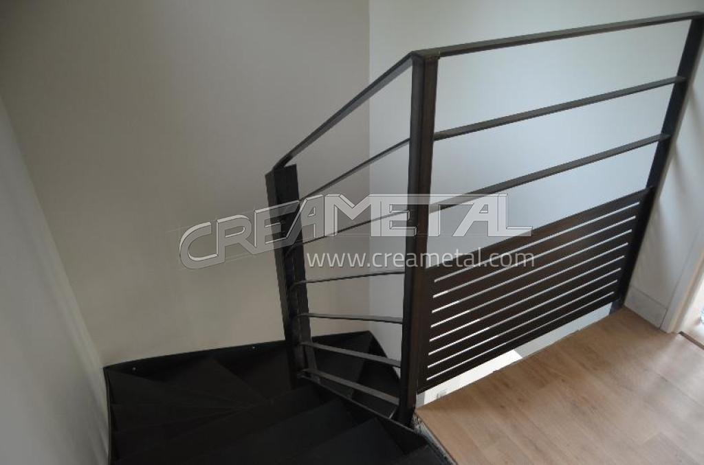 Fabricant escalier int rieur 2 4 tournant balanc en acier avec traitement vernis incolore et for Comcouleur escalier interieur