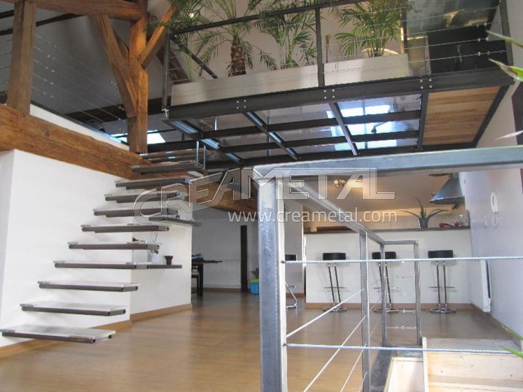 Fabricant escalier suspendu en acier brut avec marches en verres plateforme - Escalier pour mezzanine ...